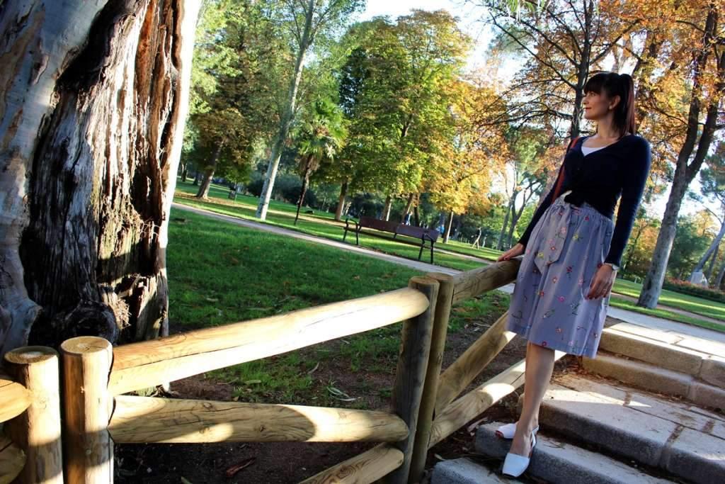 Letná sukňa v slnečnom jesennom počasí